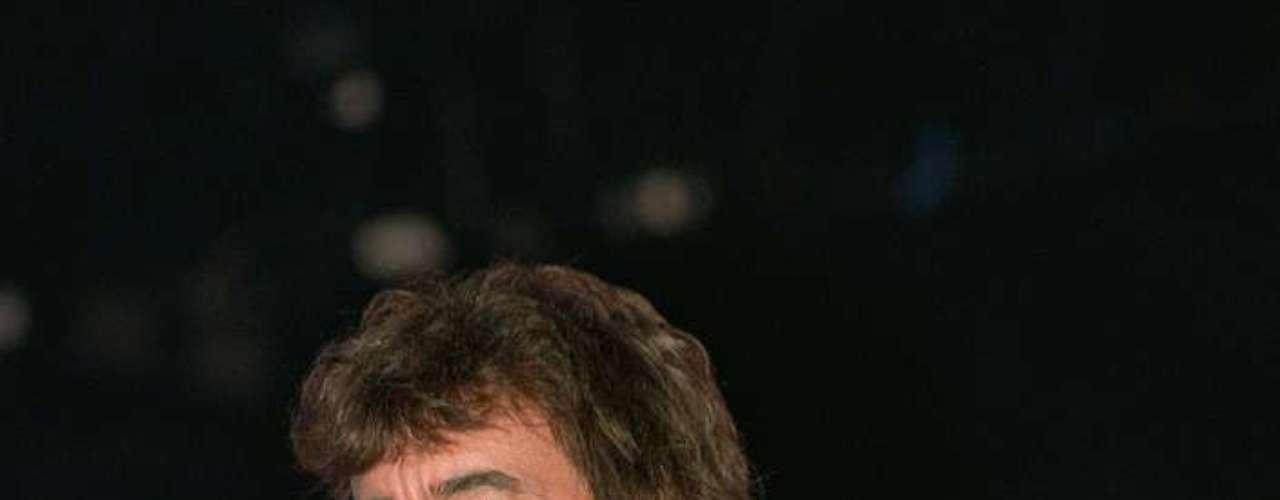 1993: El bajista Bill Wyman anuncia oficialmente su salida de la banda.