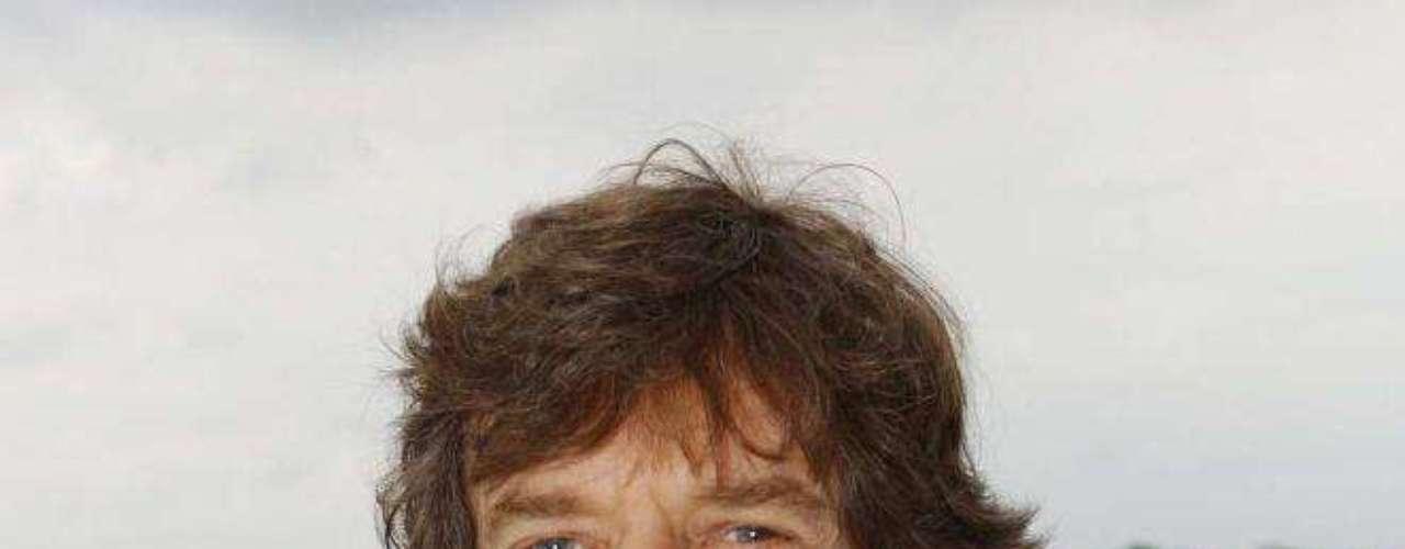 2002: La reina Isabel II nombra a Mick Jagger como caballero.