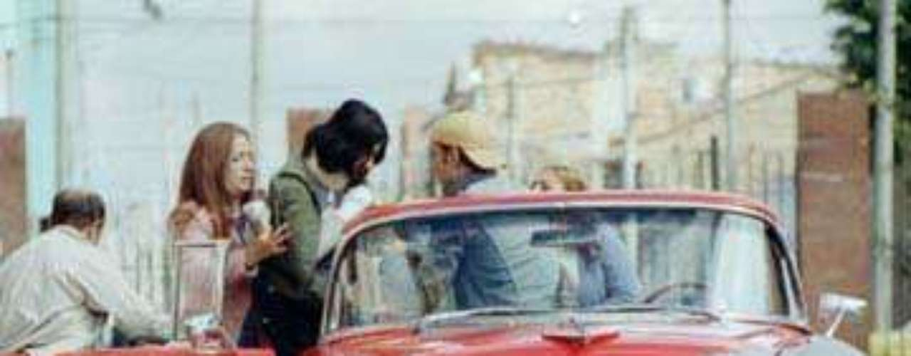El carro - 2003. La popular historia de una familia colombiana de estrato medio que busca comprar su primer carro, se convirtió en todo un éxito en el cine colombiano. Luego de conseguir su carro haciendo varios esfuerzos familiares empiezan a sufrir una serie de improvistos que derivan en la venta de este coche el cual se convirtió en un miembro de la familia.