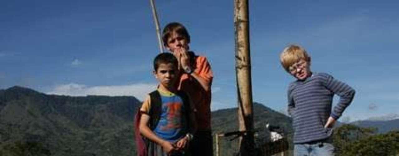 Los colores de la montaña - 2011.  Esta historia tocó la sensibilidad de más de un espectador. La película cuenta la historia de un grupo de niños que tratan de recuperar un balón de fútbol -su único objeto de valor- de un campo minado ubicado cerca de sus viviendas.