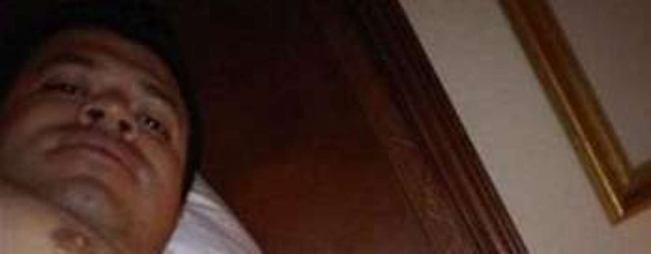 Jorge Medina, vocalista de La Arrolladora Banda El Limón, anda metido en tremendo lío, pues al parecer se puso erótico con una mujer y le envió una fotografía completamente desnudo, la cual supuestamente fue obtenida de un celular que le robaron y ahora circula por la web.