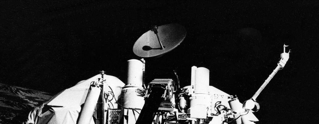 Más atrás en el calendario, una misión que se creía que había sido un éxito en la década del 70, en el 2006 se descubrió que fue un fiasco. El científico mexicano, Rafael Navarro González, descubrió tras un estudio divulgado por la revista Proceedings de la Academia Nacional de Ciencias estadounidense (Pnas), que las sondas Viking utilizadas en los 70 no detectaron bajos niveles de materia orgánica en la superficie del Planeta Rojo, como se creía. Aquel resultado había sido utilizado como el argumento más sólido para descartar la presencia de vida y determinar que Marte \