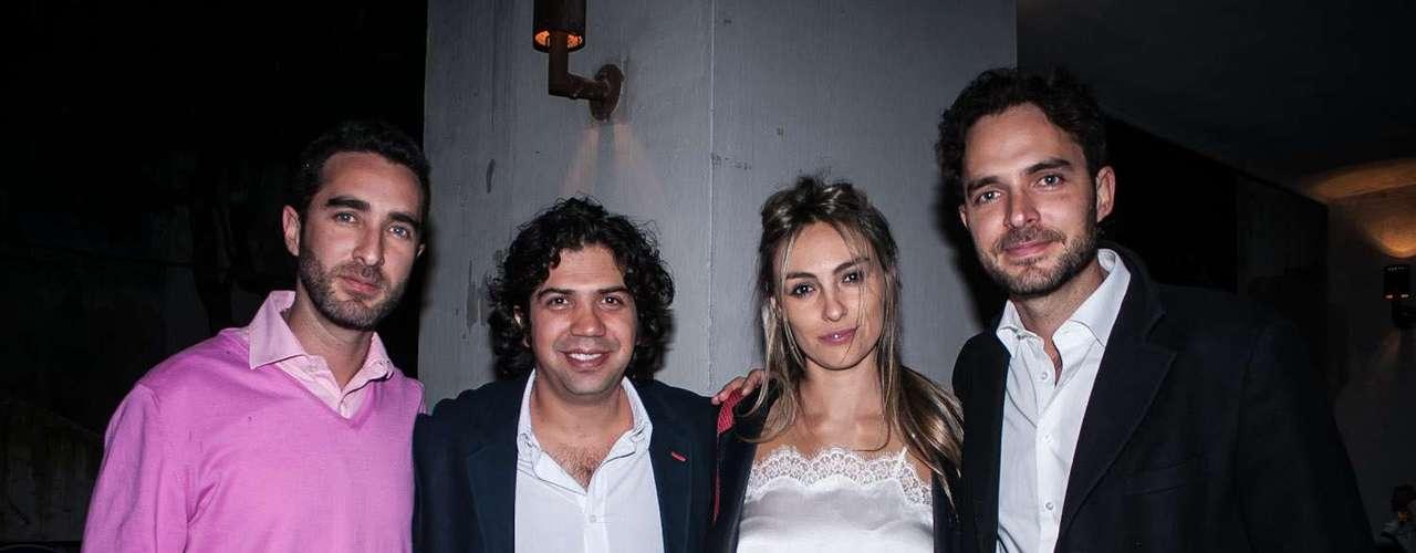 El actor y ahora productor de cine, Manolo Cardona (der), en representación del gremio audiovisual y cinematográfico, se unió a la celebración en compañía de su futura esposa Valeria Santos. También se hizo presente Francisco Cardona (izq), hermano de Manolo y cofundador de la productora 11:11 films, fundada por Manolo.