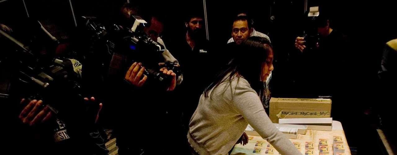 En la conferencia fueron mostradas ante los medios de comunicación algunas de las tarjetas de Soriana que presuntamente habrían sido utilizadas por el PRI para la operación de compra de votos