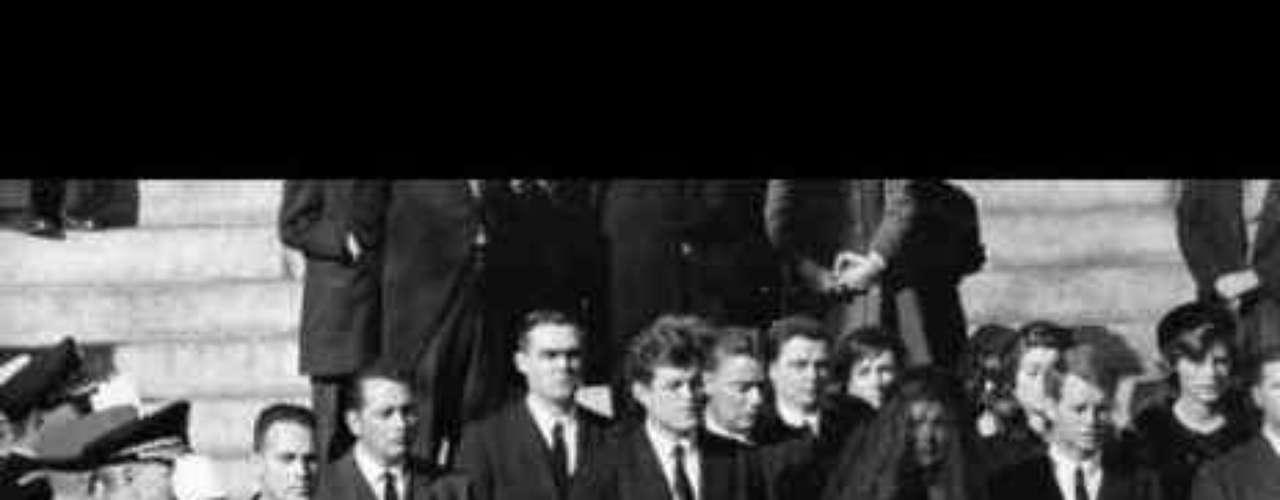 El funeral de Kennedy (1963) Un estudio de Sony Electronics y Nielsen publicado esta semana revela cuáles han sido los momentos históricos más vistos por los estadounidenses. Aquí te recogemos los 15 primeros.       El 22 de noviembre de 1963 varios disparos mortales alcanzaron a John Fitzgerald Kennedy en Texas, y durante los tres días siguientes a su asesinato tuvo lugar su funeral. Una carroza tirada por caballos transportó el ataúd de JFK desde la Casa Blanca hasta el Capitolio, para que su cuerpo fuera velado públicamente. Hoy en día, su cuerpo descansa en el cementerio de Arlington, en Virginia, junto a su mujer Jacqueline Kennedy e hijos.