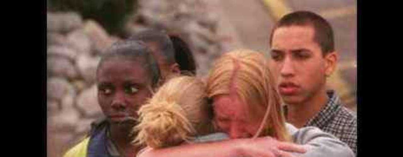 La masacre de la Escuela Secundaria de Columbine (1999) El 20 de abril de 1999 hubo un asesinato masivo en la Escuela Secundaria de Columbine, en el estado de Colorado. Es uno de los peores atentados escolares en EEU. En la imagen aparecen familiares de las víctimas durante el funeral de los 15 estudiantes que murieron.