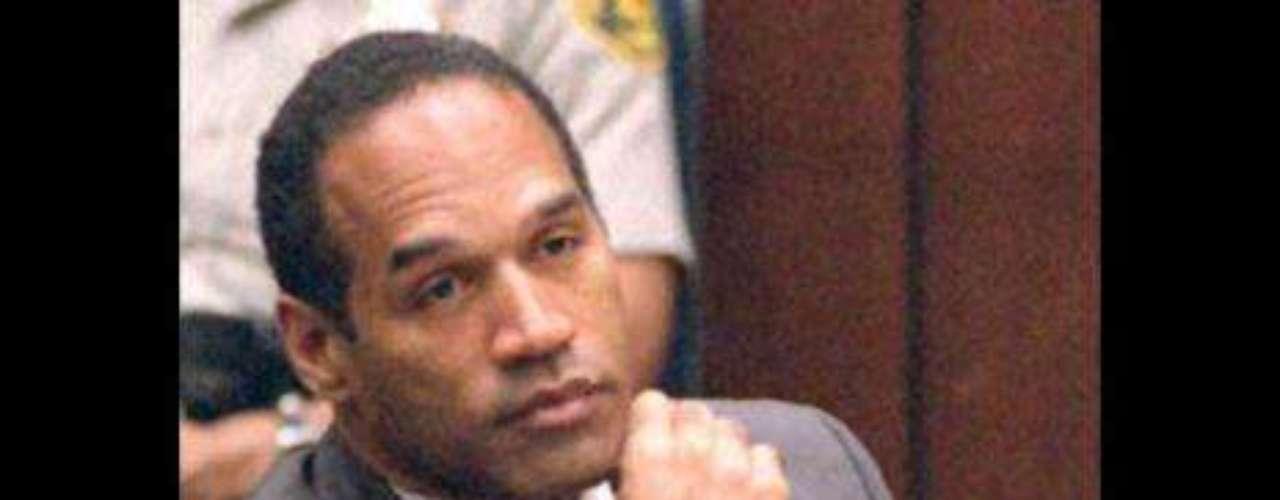 El juicio por asesinato de O. J. Simpson (1995) O. J. Simpson, estrella del fútbol americano y actor, fue acusado de asesinar a su exmujer Nicole Brown Simpson y a su amigo Ronald Goldman. Ambos murieron la medianoche del 12 de junio de 1994 y el juicio se celebró al año siguiente: el principal sospechoso era O. J. Simpson. El caso fue muy seguido porque despertó muchas tensiones raciales. El 3 de octubre de 1995, con 150 millones de espectadores, el jurado dio su veredicto: no culpable.