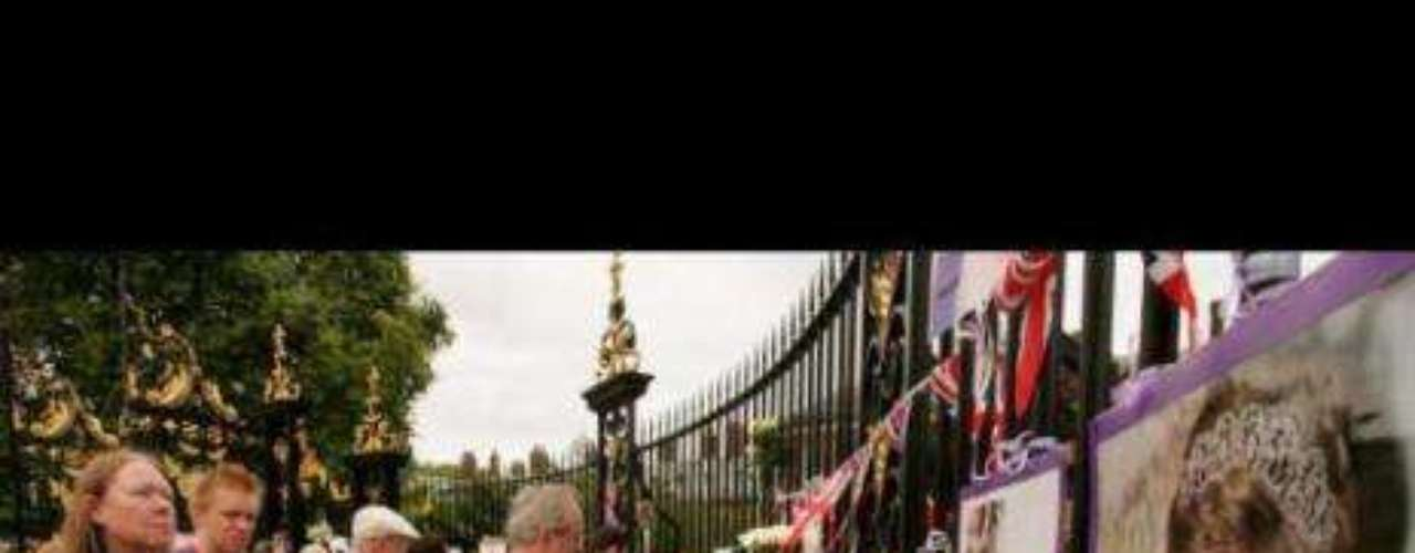 Funeral de la princesa Diana de Gales (1997) El 31 de agosto de 1997 la princesa Diana de Gales, más conocida como Lady Di, perdía la vida a causa de un accidente en coche en París. Quince años después de su muerte, Lady Di es ya todo un mito de la cultura británica. Hasta Lady Gaga le ha dedicado una canción en su última gira, Princess Die.