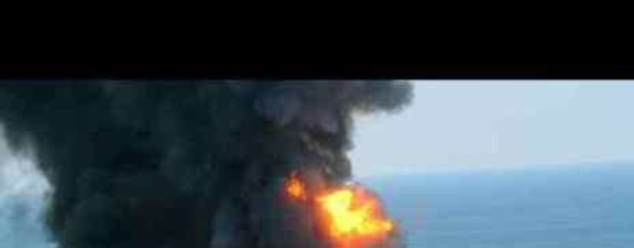 El derrame de petróleo en el Golfo de México (2010) El 20 de abril la plataforma estadounidense Deepwater Horizon explotó en el Golfo de México, haciendo que millones de litros de petróleo se derramaran en la zona. La explosión tuvo lugar a 160 kilómetros de la línea costera de Estados Unidos. La marea negra provocó un gran cambio catastrófico en el ecosistema de la zona.