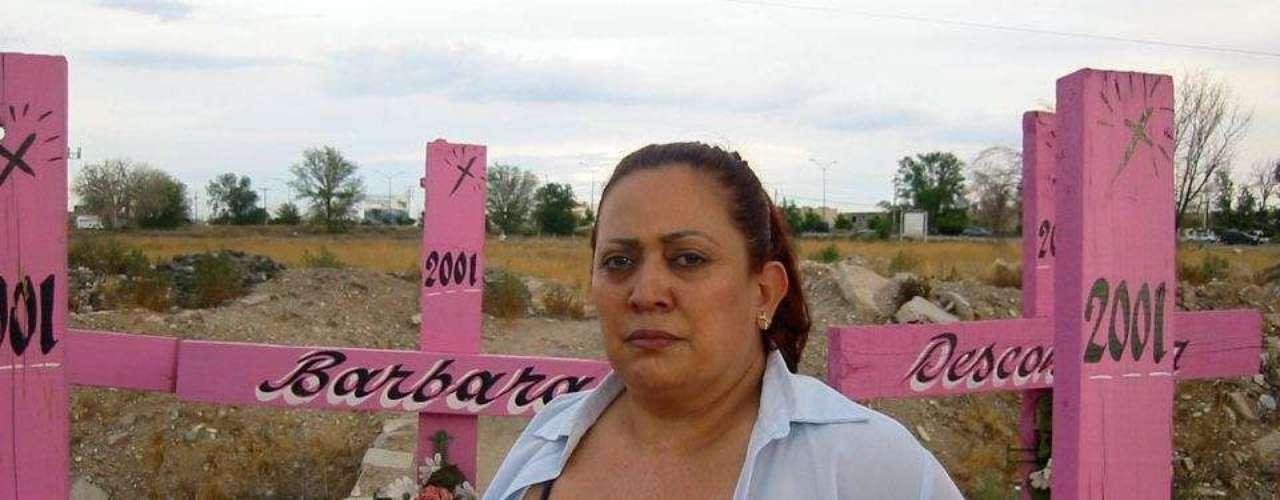 """Marisela Ortiz, una de las fundadoras de la asociación """"Nuestras hijas de regreso a casa"""", camina entre las cruces de las mujeres asesinadas en Ciudad Juárez, en el estado de Chihuahua. En el primer semestre de 2012 hubo más de 130 homicidios de mujeres en el estado de Chihuahua. Según un informe publicado por varias organizaciones locales de derechos humanos, entre 1985 y 2009 fueron asesinadas en México al menos 34.000 mujeres; 2.418 solamente en 2010."""