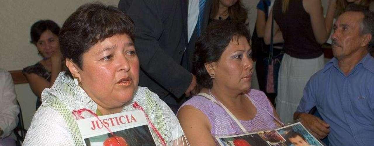 Patricia Cervantes (izq.) y Marta Delgado (der.), madre y tía de una mujer secuestrada, comparten sus experiencias en esta reunión en el estado de Chihuahua. La información presentada por Amnistía Internacional también detalla el aumento de las amenazas y de las agresiones contra mujeres activistas de derechos humanos que trabajaban para que se haga justicia a sus familiares asesinados.