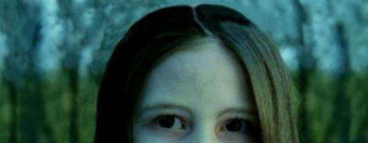 Samara (Daveigh Chase) en El Aro (2002): Samara es una niña adoptada que es relegada a vivir en un ático, debido a que le provocaba espantosas visiones a su madrastra. La niña es asesinada por la misma mujer y tirada en un pozo, pero su espectro aparece años después.