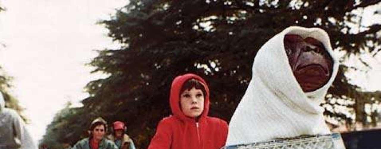 Elliot (Henry Thomas ) en E.T. el extraterrestre (1982): Elliot es un sensible niño que entabla amistad con un extraterrestre botánico, que ha sido abandonado involuntariamente por su nave espacial. El niño encuentra al extraterrestre en el patio trasero de su casa y lo ayuda  contactar a los suyos