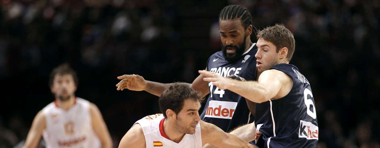 Jose Calderon (L) of Spain is guarded by France's Ronny Turiaf (C) and Fabien Causeur (R) in the fourth quarter of their Olympics national teams' friendly match in Paris July 15, 2012. REUTERS/Benoit Tessier (FRANCE - Tags: SPORT BASKETBALL OLYMPICS)