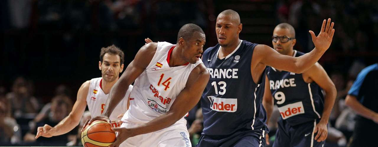 Serge Ibaka (L) of Spain is guarded by France's Boris Diaw in the third quarter of their Olympics national teams' friendly match in Paris July 15, 2012. REUTERS/Benoit Tessier (FRANCE - Tags: SPORT BASKETBALL OLYMPICS)