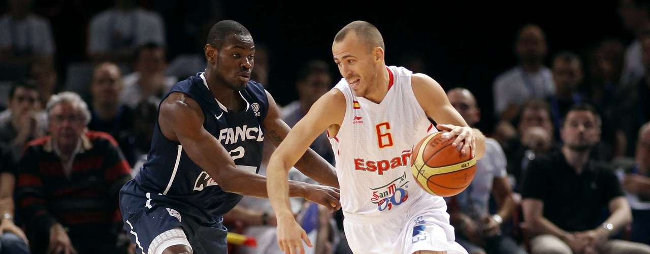 Sergio Rodriguez (R) of Spain is guarded by France's Yannick Bokolo in the fourth quarter of their Olympics national teams' friendly match in Paris July 15, 2012. REUTERS/Benoit Tessier (FRANCE - Tags: SPORT BASKETBALL OLYMPICS)