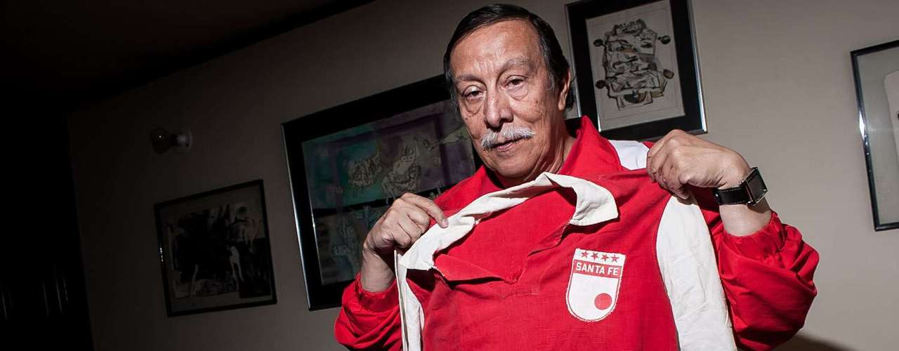 Orlando Plata es un coleccionista de camisetas y elementos relacionados con el fútbol, especialmente de Independiente Santa Fe.