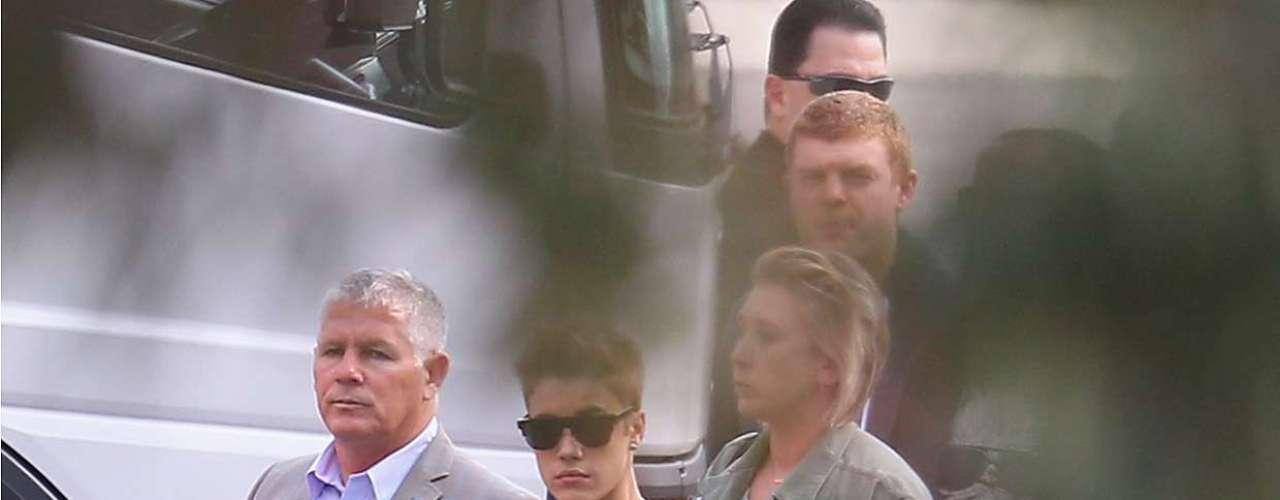 Los escoltas del novio de Selena Gómez lo cuidaron en todo momento.