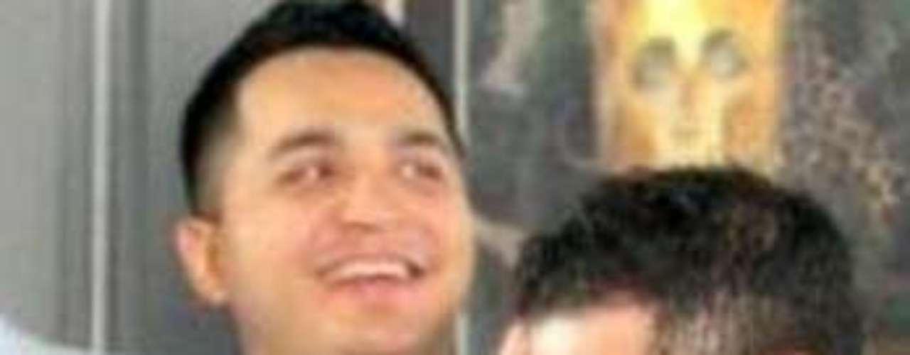 Según la página Enelbrasero. com, la esposa de Jorge Medina, vocalista de La Arrolladora Banda El Limón, lo mandó a volar luego de enterarse que la foto desnudo que se fltró en internet se la envió a una chica de nombre Sarahí.