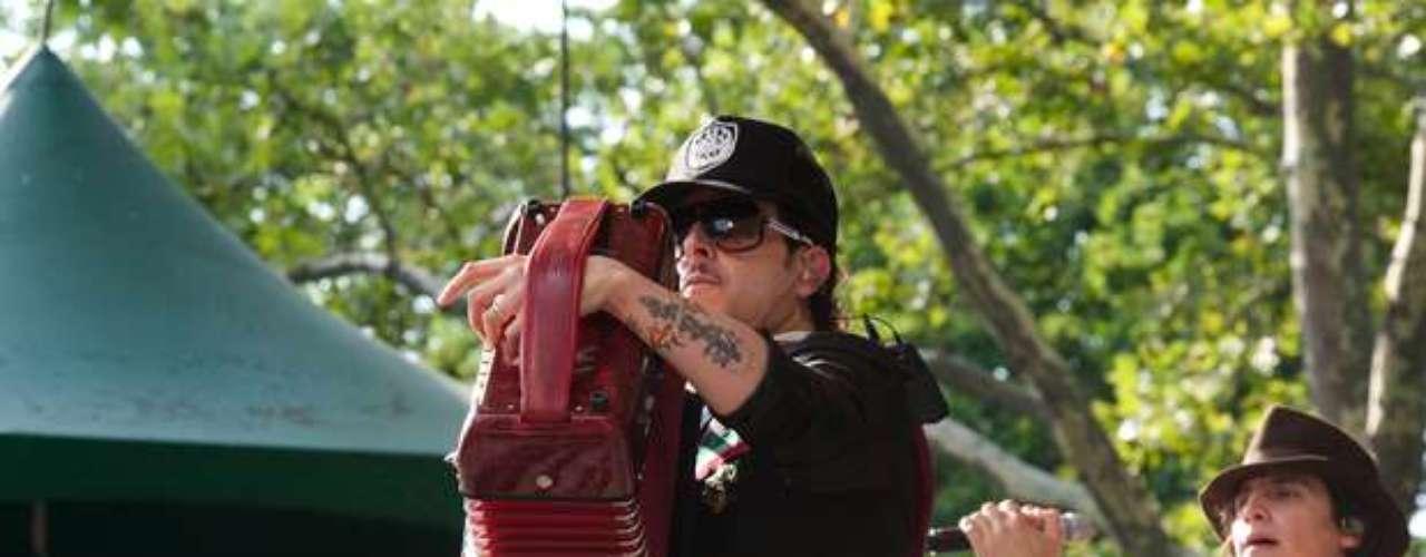 Kinky brindó una dosis de buena música, a la vez que presentó algunos de los temas que se desprenden de su nueva producción \