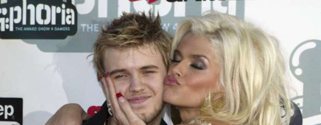 Anna Nicole Smith's 20-year-old son, Daniel, died in his mother's Nassau, Bahamas hospital room on September 10, 2006, just three days after she give birth to daughter Dannielynn Hope.  According to reports, Daniel was tending to his mother at 6:20a.m., but by 9:39 a.m., Anna Nicole woke up to find him unresponsive.  Doctors tried to revive him during 22 minutes without success and he was pronounced dead at 10:05 a.m.  Dr. Cyril Wecht, hired by Anna Nicole Smith to do a second autopsy on her son, said Daniel died from a lethal combination of methadone, Zoloft and Lexapro.  \