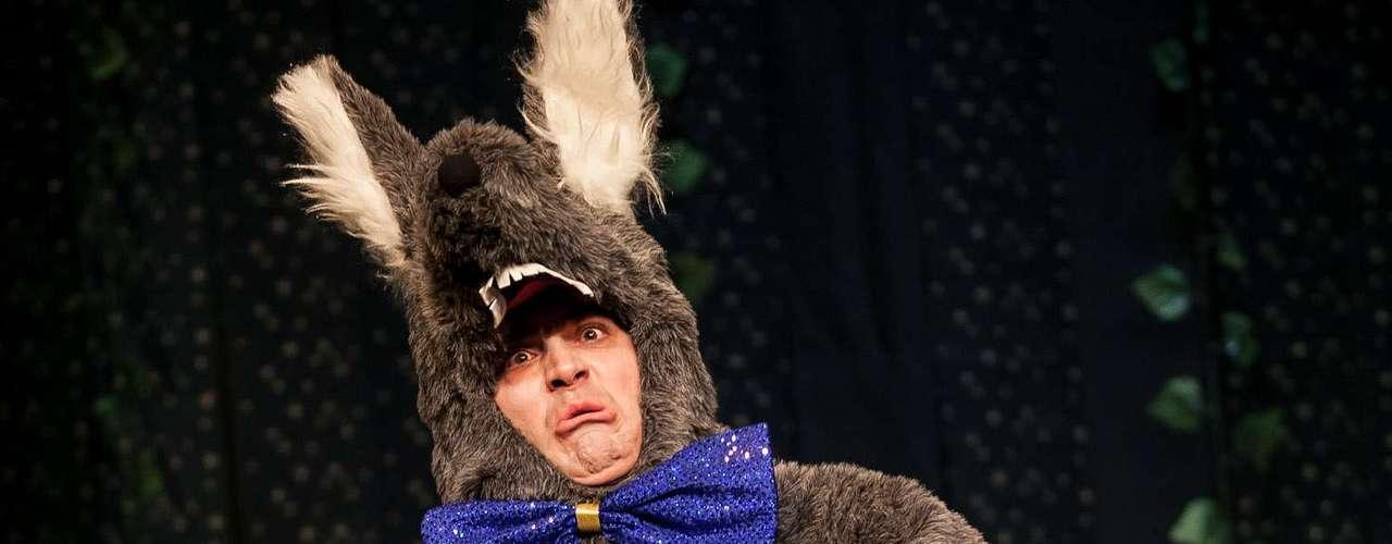 En la historia el lobo no soporta a la niña, el cazador viene en dosis multiplicada y todo el cuento nos lo narra y un viejito bonachón.