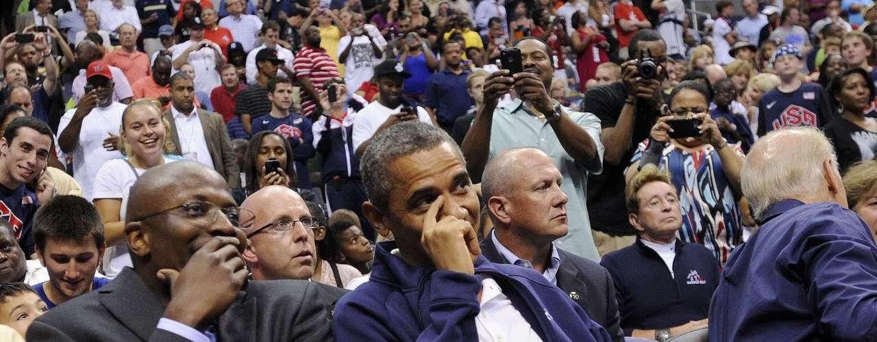 Varios conocidos del presidente, como su ex asistente personal en la Casa Blanca, Reggie Love, estuvieron a su lado durante el partido que se jugó en Washington, DC.