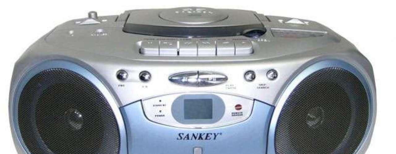 El 12 de junio de 1995, Sayas componía su primera canción. 'El escándalo' fue como sus amigos bautizaron el tema. En el barrio la gente la bailaba y se la pedía para que la cantara, eso lo impulsó a grabarla. En una grabadora marca Sankey y con un casete reutilizado, el cantante atrapaba ese ritmo en una grabación.