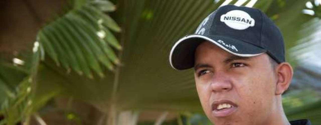 John Jairo Sayas Díaz nació el 4 de junio de 1982 en Cartagena de Indias. El barrio Canapote, al norte de la ciudad, sería su hogar en su niñez. Luego el barrio Olaya Herrera le daría cobijo a él, sus tres hermanos y su mamá, fue allí donde empezó a rimar y buscarle una nueva arista a la música caribeña. El pasado 26 de junio el artista fue ultimado con cuatro disparos de bala que lo dejaron en agonía más de 15 días.