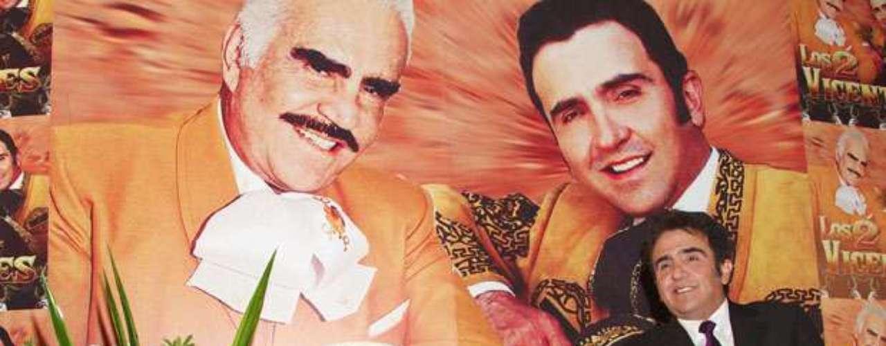 En una entrevista publicada por el sitio Saps.com.mx, Vicente Fernández Jr. dijo estar feliz por acompañar a su padre en su gira de despedida y aseguró que \
