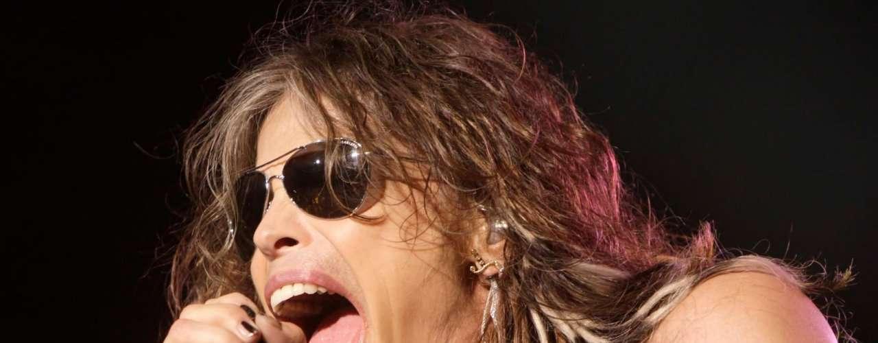 Steven Tyler, vocalista de Aerosmith, puede meter su puño entero en su boca.