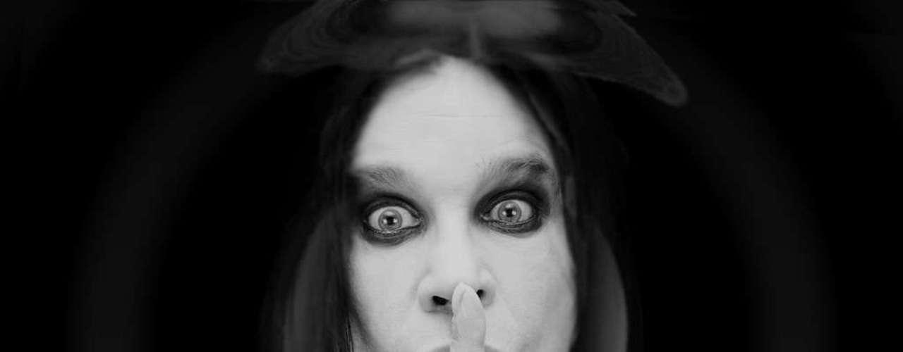 El cantante Ozzy Osbourne aspiró hormigas por su nariz porque perdió una apuesta.