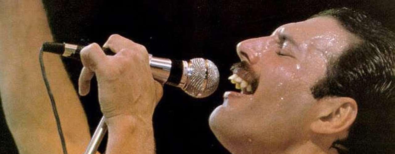 El cantante Freddie Mercury murió un día después de declarar publicamente que tenía sida.