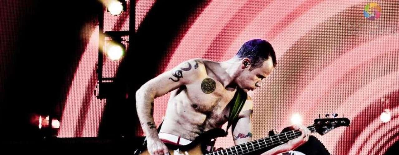 Una de las fans de los Red Hot Chili Peppers se tomó el sudor de Flea, el bajista de la banda, luego de ser la afortunada en atrapar las trusas de él cuando éste las lanzó a las fans al finalizar un concierto.