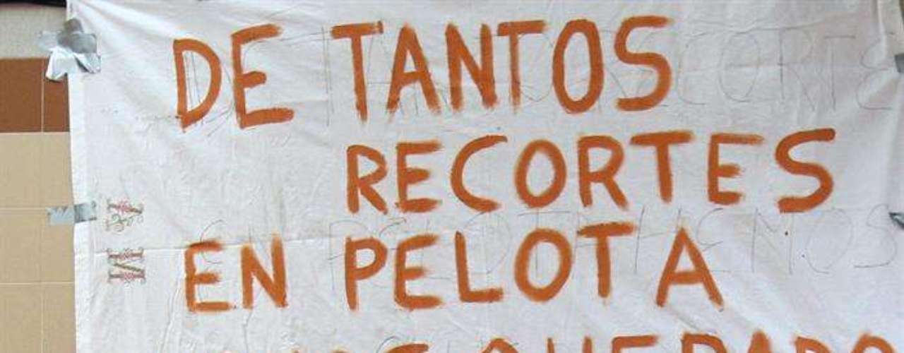 Cuando iniciaban su turno en Mieres, localidad minera de Asturias, los ocho bomberos, vestidos sólo con sus cascos en la cabeza y sus botas en los pies, salieron del cuartel y se alinearon frente a un muro, donde colgaba una gran pancarta que decía \