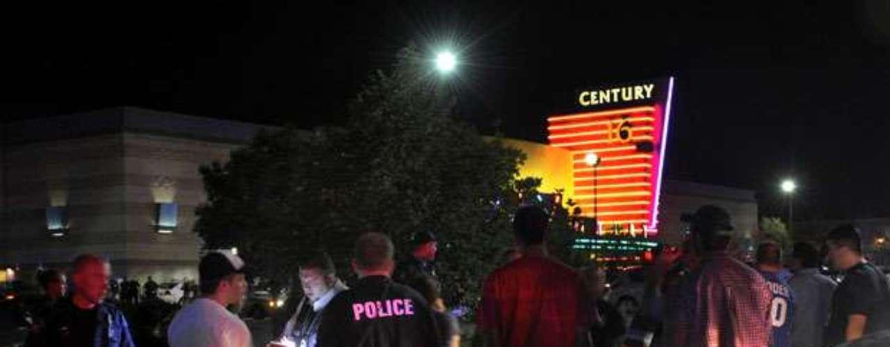 La violencia estalló aproximadamente a las 12:30 a.m. locales, cuando el pistolero se paró en la parte delantera de una de las salas de Century 16 en el Aurora Mall.