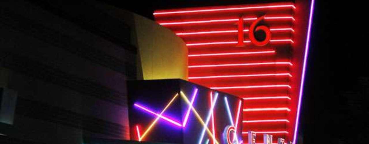 Un testigo, Hayden Miller, dijo a la estación KUSA-TV que estaba en el Teatro 16 cuando escuchó varios disparos.
