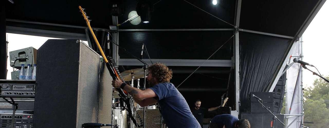 20:37 - Berri Txarrak golpea sus guitarras en euskera.