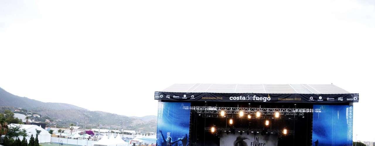 20:35 - In Flames llena el escenario con olas de cuernos alzados.