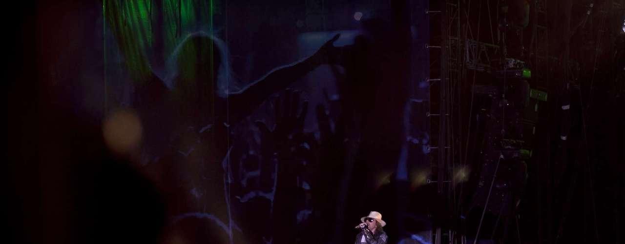 Guns n'Roses abusa de ilusión en un concierto largo y, para algunos, errático.
