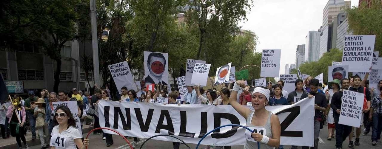 Los participantes llevan pancartas en las que demandan al Tribunal Electoral del Poder Judicial de la Federación no validar el triunfo de Peña