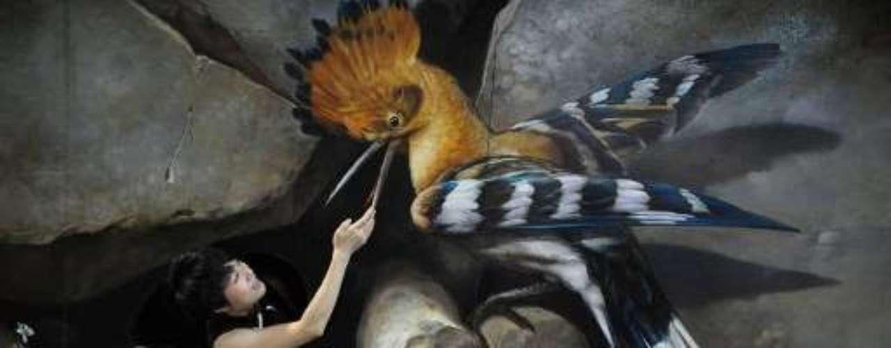 En China inauguraron una novedosa muestra que permite a los visitantes interactuar con las pinturas que son exhibidas.