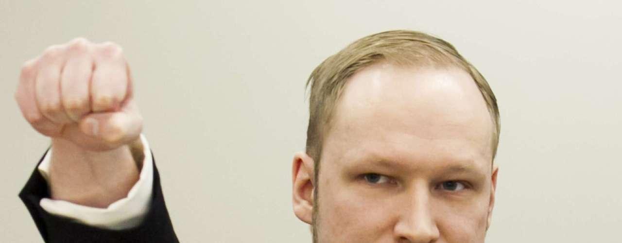 NORUEGA - 22 de julio del 2011 - La policía arrestó a un hombre armado que mató a 69 personas en un campamento juvenil de verano del partido político oficial noruego, en la pequeña y vacacional isla de Utoeya. Anders Behring Breivik (foto) fue acusado de los asesinatos, además de poner una bomba en Oslo que provocó ocho muertes más. El juicio terminó el mes pasado, con Breivik diciendo que la bomba y los disparos habían sido necesarios para defender al país, lo que generó una marcha de los familiares de sus víctimas.
