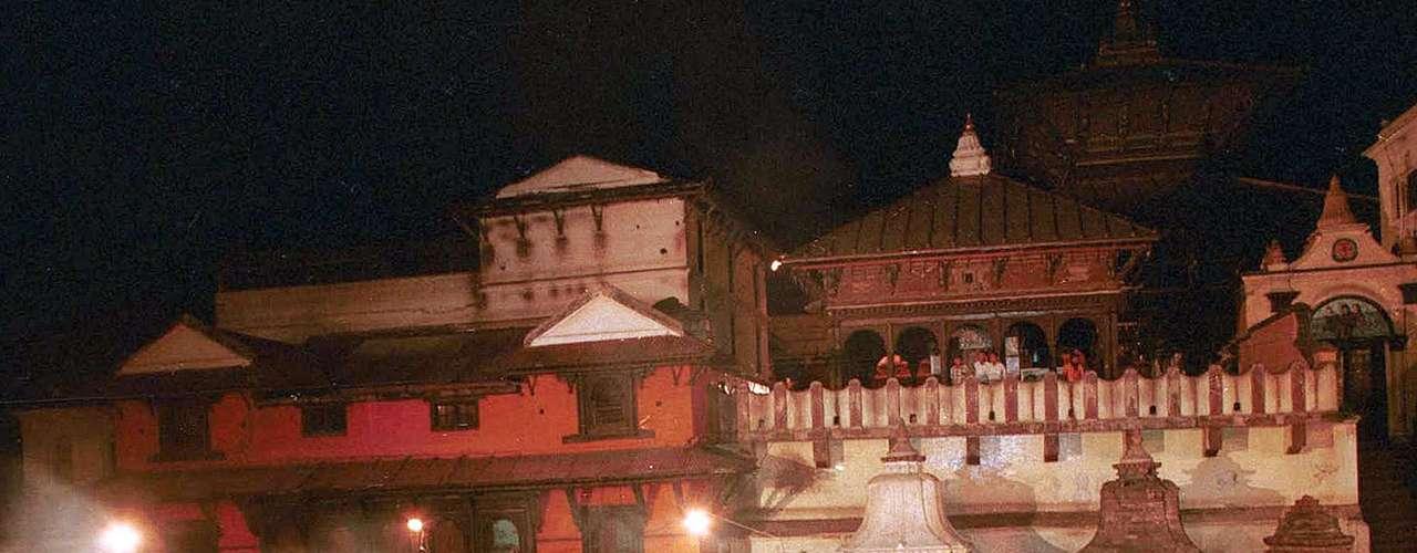NEPAL - 1° de junio del 2001 - Ocho miembros de la familia real nepalí fueron asesinados en una masacre el palacio perpetrada por el Príncipe Dipendra, quien luego se disparó y murió días más tarde. Después también murió su hermano menor, aumentando la cifra total víctimas fatales a 10.