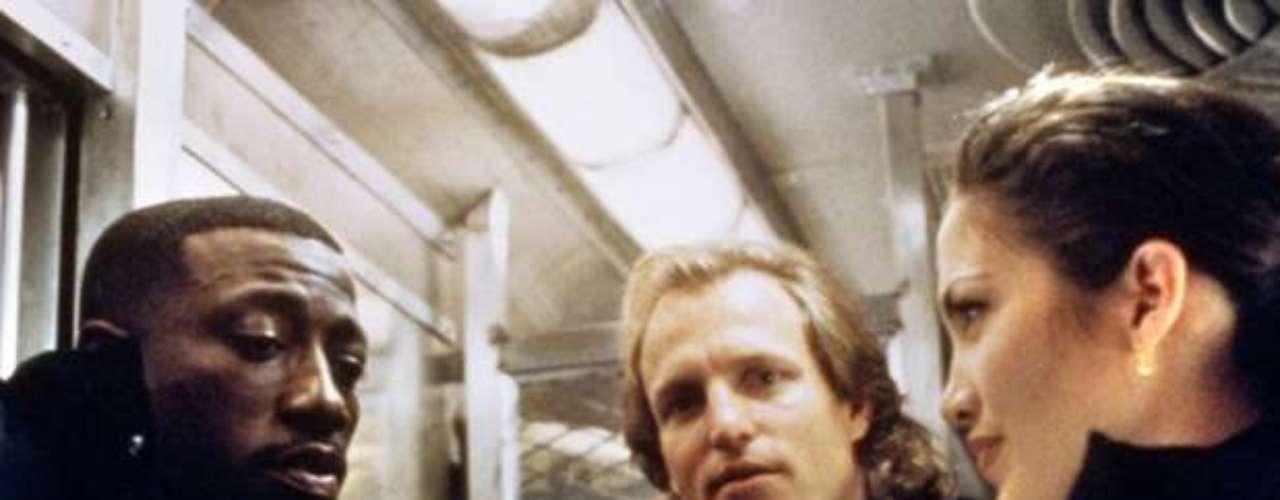 Money Train: Una persona quiso imitar una escena violenta de este film y aventó gasolina a una ventanilla en un metro subterráneo y lo incendió, asesinando a la persona del otro lado de la ventanilla.