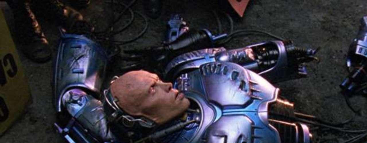 Robocop 2: Nathaniel White uso la segunda película de la serie como inspiración para una serie de asesinatos mientras estaba en libertad condicional. Asesinó a una mujer embarazada y declaró, La primer persona que matee fue exactamente como en la película.