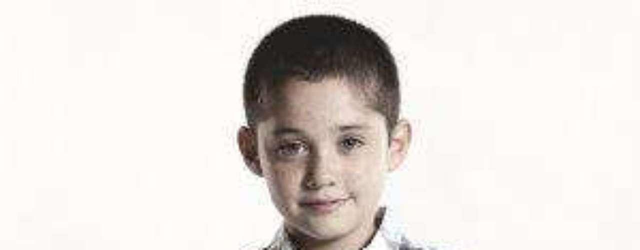 De personalidad alegre y muy admirador de su padre y abuelo, Juanito es un niño cariñoso. Su tía vive comparándolo con su fallecido tío Diego, y el niño sentirá una especial conexión con Martín cuando lo conozca.