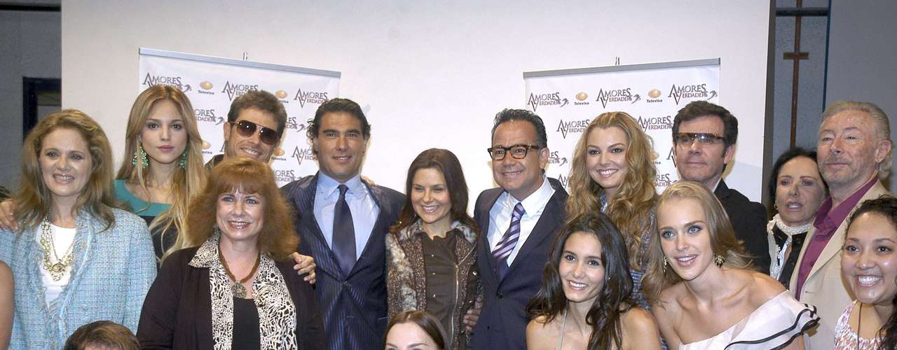 The whole 'Amores Verdaderos' cast pose for a group pic.