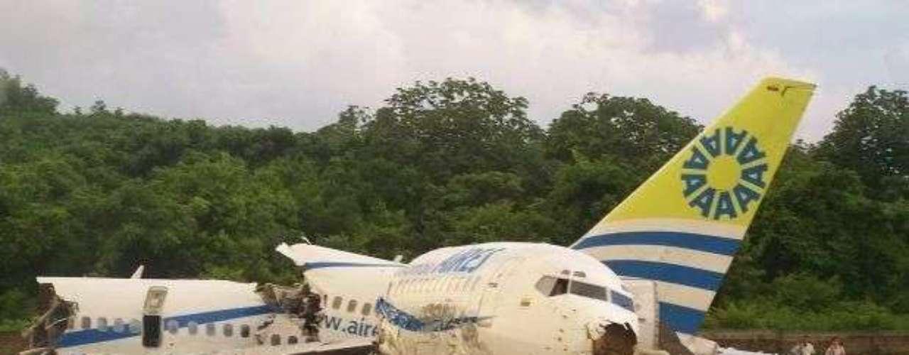 Un Boeing 737 de la aerolínea Aires y que cubría la ruta Bogotá  San Andrés, se partió en dos en la pista del aeropuerto Gustavo Rojas Pinilla, provocando la muerte de dos personas, el 16 de agosto de 2010. La falla no fue de la máquina sino 'una aproximación por debajo del ángulo correcto, debido a un error de apreciación de altitud e incorrecto uso de los recursos de cabina, resultado de una ilusión óptica conocida como agujero negro, lo cual se experimentó durante la aproximación nocturna a una pista rodeada de mínimo contraste y mucha iluminación focalizada, agravada por malas condiciones meteorológicas y lluvia', indicó un informe.