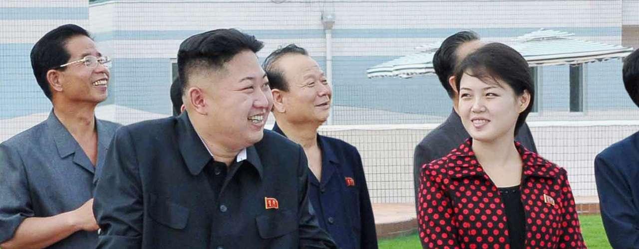 De cabello corto, también apareció en la televisión el martes, unos pasos detrás del dirigente norcoreano, durante la visita a una guardería.